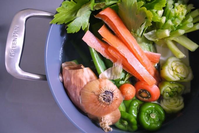 お鍋に入った野菜の写真