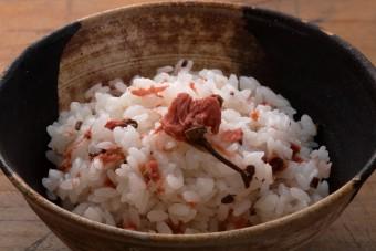 お腹に優しいヘルシー365レシピ「塩漬け桜花の混ぜごはん」の出来上がり写真