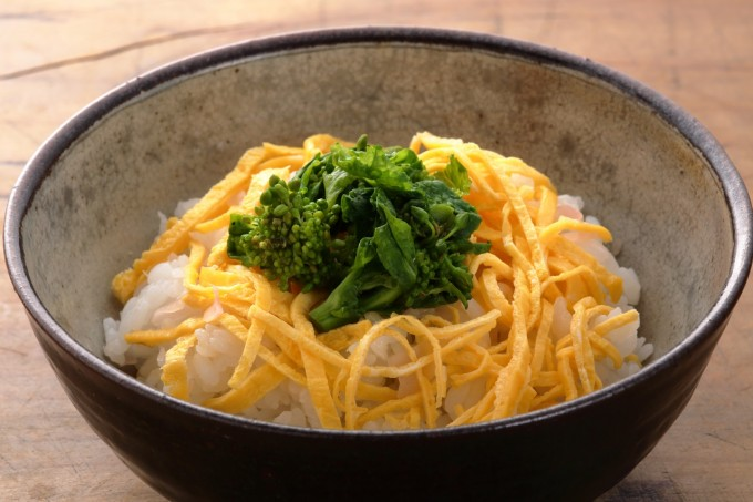 お腹に優しいヘルシー365レシピ「ガリ混ぜご飯に錦糸玉子と菜の花飾り」の出来上がり写真