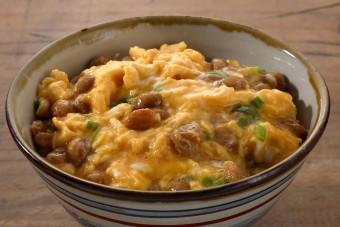 お腹に優しいヘルシー365レシピ「納豆と玉子のふわふわ丼」の出来上がり写真