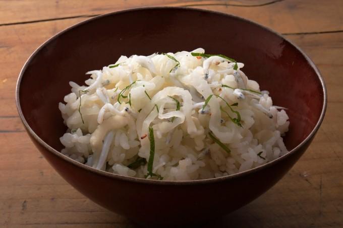 お腹に優しいヘルシー365レシピ「ちりめん雑魚・千切りたくわんの混ぜご飯」の出来上がり写真