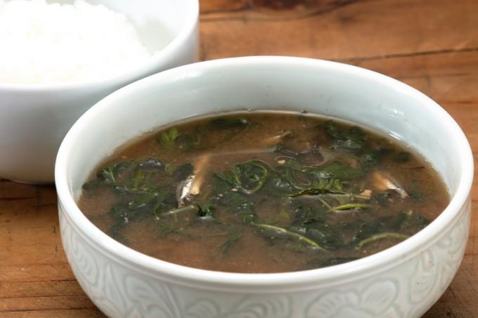 お腹に優しいヘルシー365レシピ「よもぎの味噌汁とご飯」の出来上がり写真