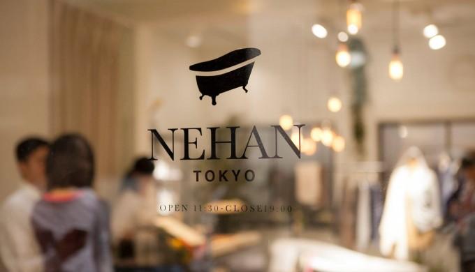 ガラスに刻まれたNEHAN TOKYO(ネハントウキョウ)のロゴ画像