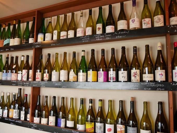 BIANCARA(ビアンカーラ)のヴァン・ナチュールワインが陳列されているところ
