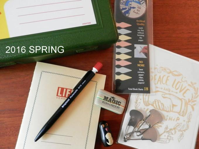 DESK LABO(デスク ラボ)の文房具、ノート・メモ帳とボールペンと付箋とクリップが机の上に置いてある写真