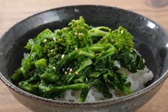 お腹に優しいヘルシー365レシピ「菜の花のオリーブ炒めのっけ」の出来上がり写真