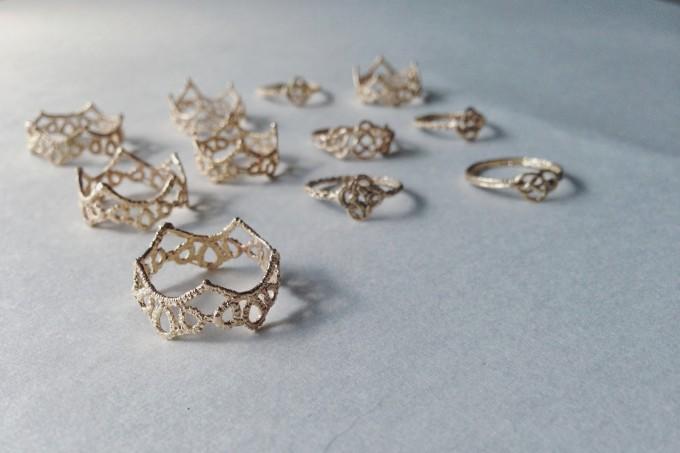 「Yularice(ユラリス)」のレースのように繊細な指輪(リング)の写真