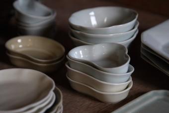 窯から出た器が、整然と積み上がっていく様子に感動。OLから陶芸の道へ、折居ゆかさんの生き方