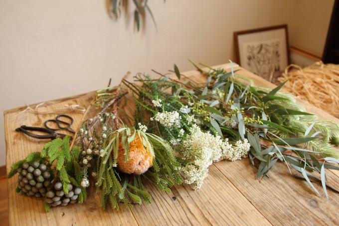 机に並べられたスワッグ用の花材の写真