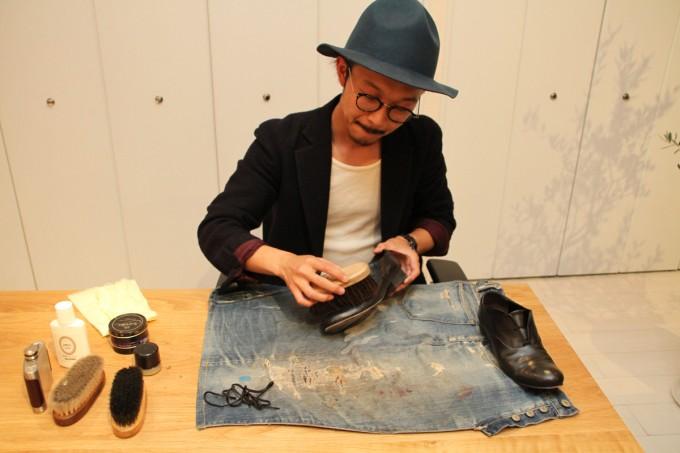 靴磨き職人・明石優さんが革靴をピカピカに磨いているところ1