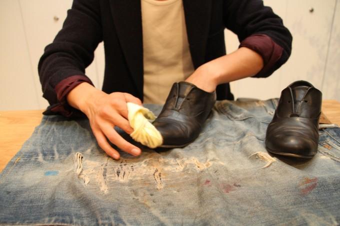靴磨き職人・明石優さんが革靴をピカピカに磨いているところ2