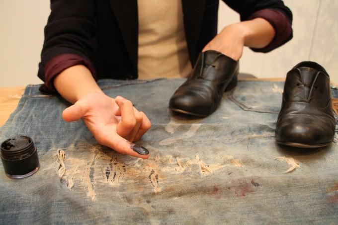 靴磨き職人・明石優さんが革靴をピカピカに磨いているところ3
