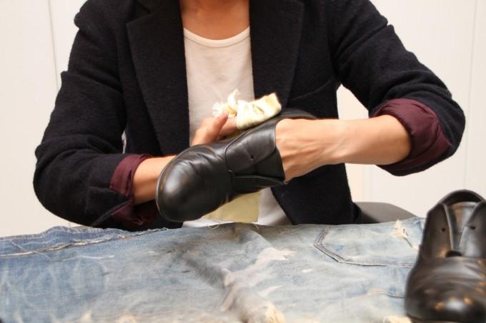 靴磨き職人・明石優さんが革靴をピカピカに磨いているところ4