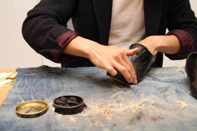 靴磨き職人・明石優さんが革靴をピカピカに磨いているところ5
