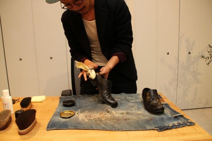 靴磨き職人・明石優さんが革靴をピカピカに磨いているところ6