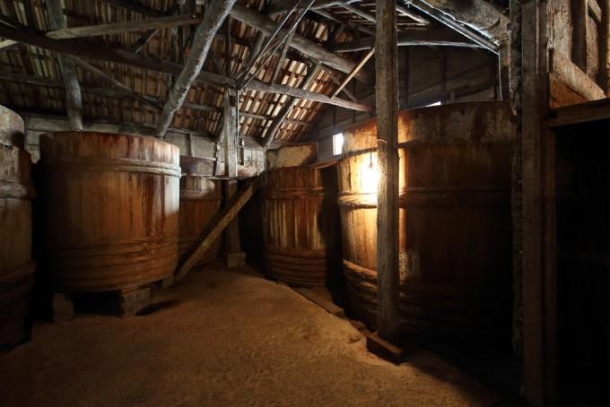 ヤマロク醤油の醤油樽