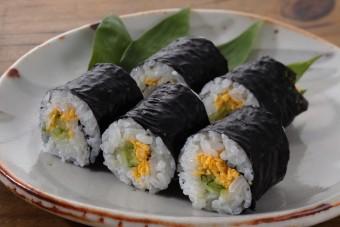 お腹に優しいヘルシー365レシピ「きゅうりと錦糸玉子の細巻」の出来上がり写真