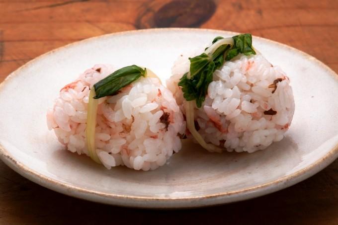 お腹に優しいヘルシー365レシピ「塩漬け桜花のおむすび」の出来上がり写真