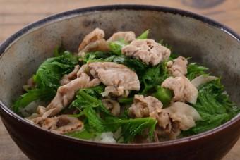 お腹に優しいヘルシー365レシピ「豚肉と山葵菜炒めのっけ」の出来上がり写真