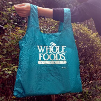 WHOLEFOODSマーケットの青いエコバッグ