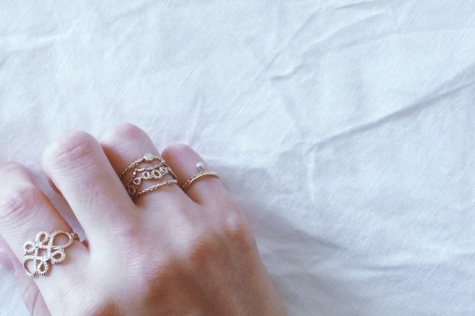 「Yularice(ユラリス)」の指輪などアクセサリーを着用写真