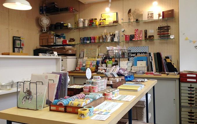 文具が並ぶ東上野のビルにある小さな文房具店「GOAT」の店内