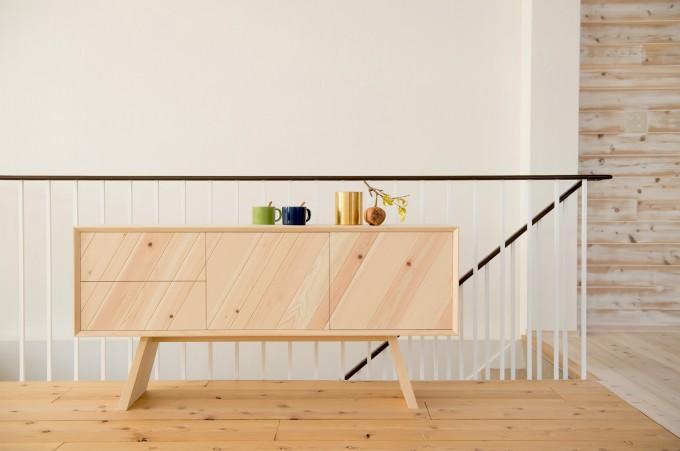 斬新なデザインなのに、どこか懐かしい木のぬくもり。国産素材を使った注目の家具ブランド「KIKOE」