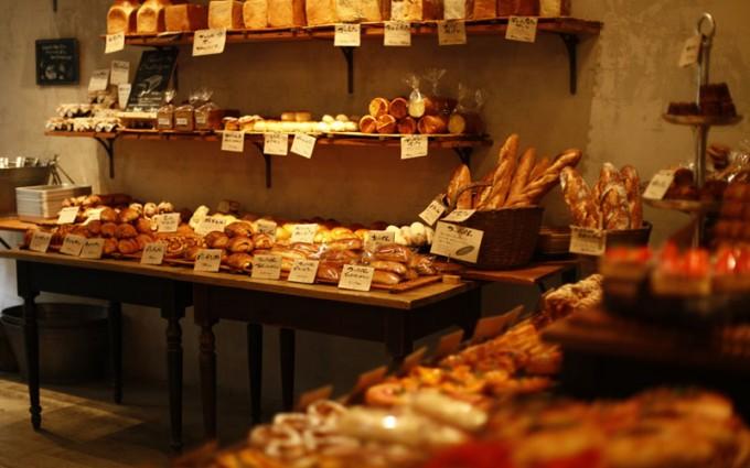 池袋の「RACINES Boulangerie&Bistro(ラシーヌ ブーランジェリー&ビストロ)」のパン陳列風景