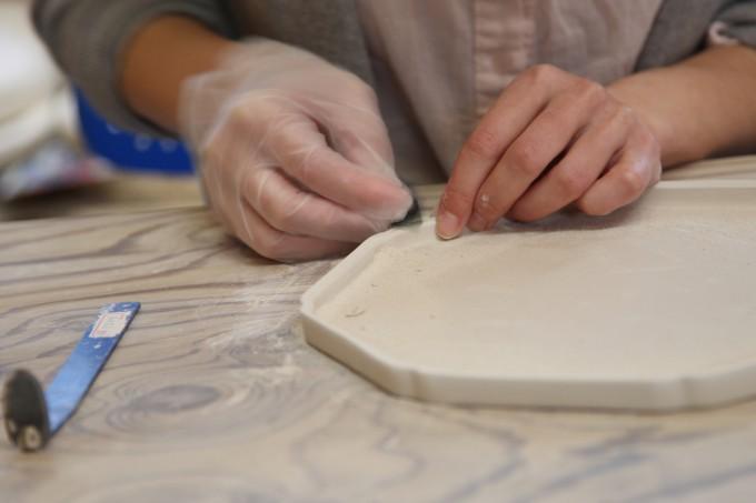 折居ゆかさんの八角の器の制作風景の写真