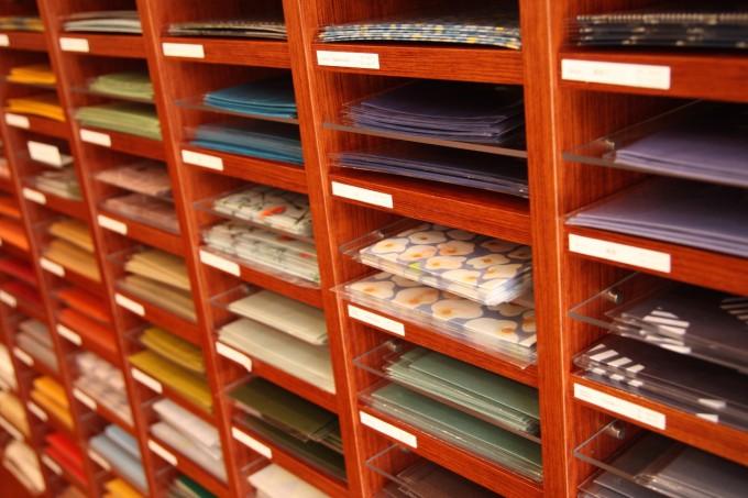 蔵前の文具店・カキモリのオリジナルノート用の豊富な「紙」