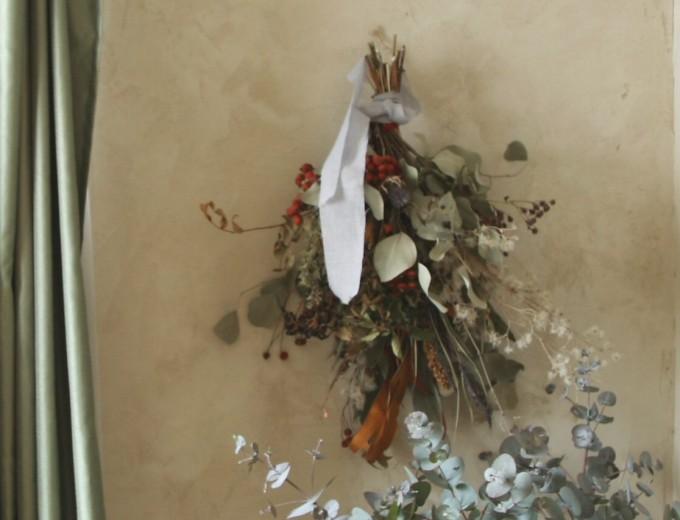 壁に飾られたスワッグの写真