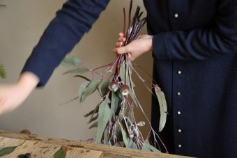 スワッグの作り方(2)長い枝から重ねていく
