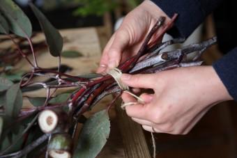 スワッグの作り方(4)麻ひもで巻きつけて、縛る。