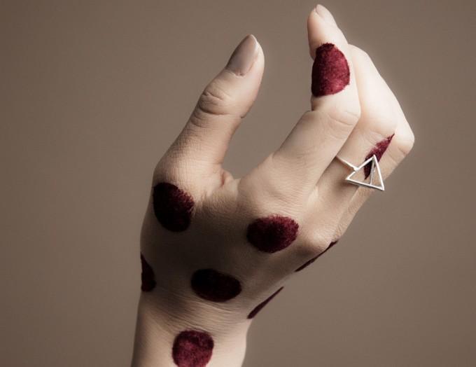 ジャクソンニーチェの指輪を付けている手
