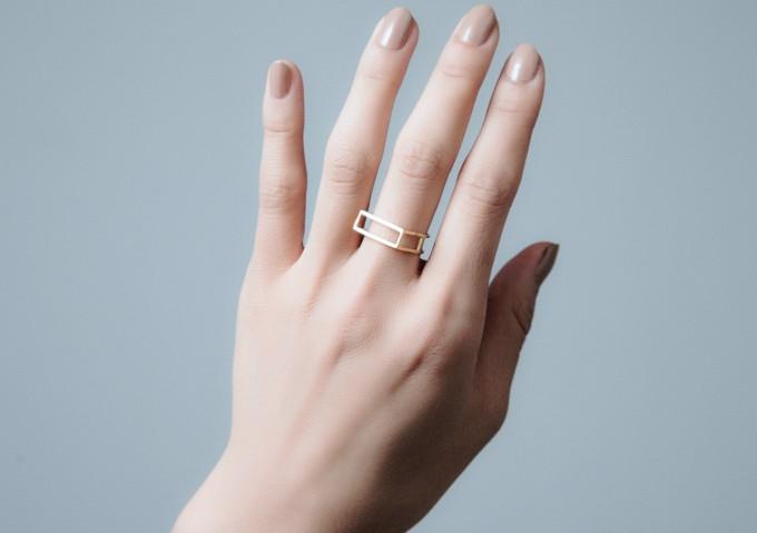 ジャクソンニーチェの指輪を付けている手2