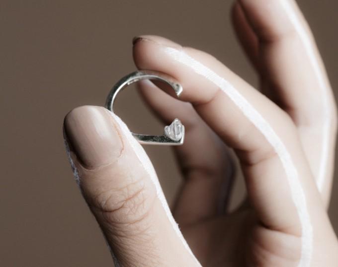 jacksonnicheの指輪/パールリングと手