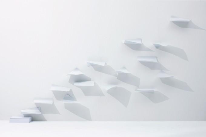 YOY(ヨイ)の舞い上がる紙がアーティスティックなインテリア棚「BLOW」の写真