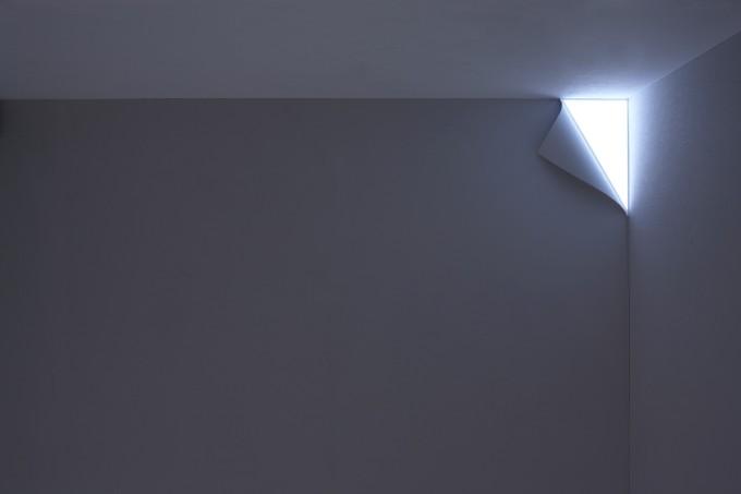 YOY(ヨイ)の壁がめくれて光が差し込んでくるように見えるアイディア照明「PEEL」の写真