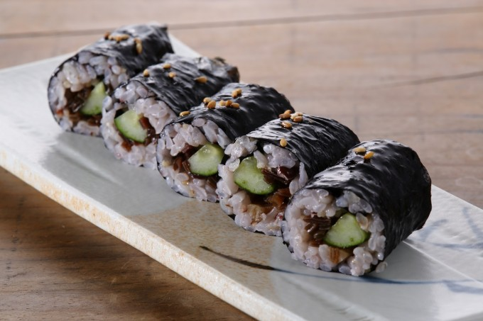 お腹に優しいヘルシー365レシピ「雑穀米ときくらげのつくだ煮・きゅうりの韓国風海苔巻」の出来上がり写真