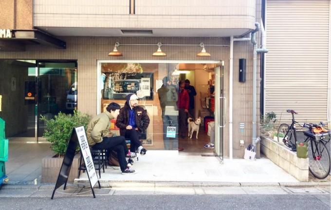 池尻大橋駅東口からほど近くにあるコーヒースタンド「Good People & Good Coffee(グッド ピープル & グッド コーヒー)」の外観写真