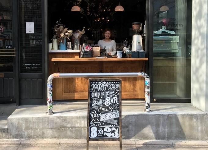 池尻大橋にある、レストラン、コーヒースタンド、シェアオフィスなどが入った複合施設「The Workers coffee & bar(ザ ワーカーズ コーヒー)」の外観写真
