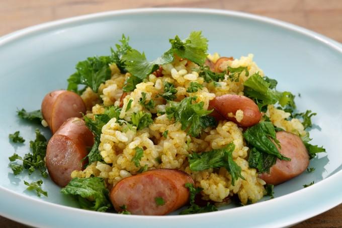 お腹に優しいヘルシー365レシピ「ウインナーと山葵菜のカレーチャーハン」の出来上がり写真