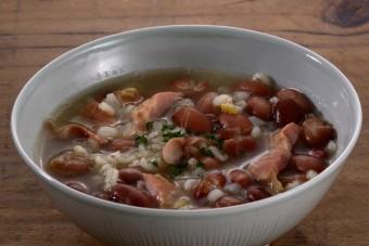 お腹に優しいヘルシー365レシピ「金時豆と押し麦のバスク風雑炊」の出来上がり写真