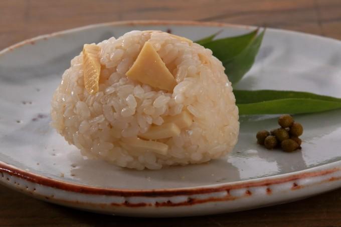 お腹に優しいヘルシー365レシピ「たけのこの炊き込みご飯のおむすび」の出来上がり写真