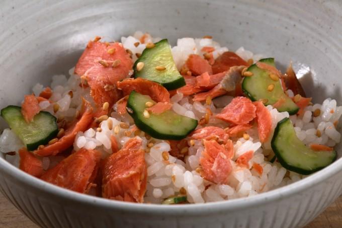 お腹に優しいヘルシー365レシピ「甘塩鮭の混ぜご飯」の出来上がり写真