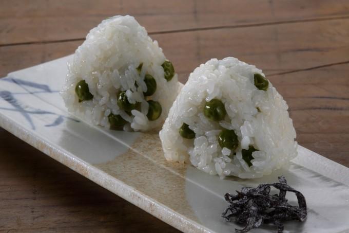 お腹に優しいヘルシー365レシピ「えんどう豆の炊き込みご飯のおむすび」の出来上がり写真