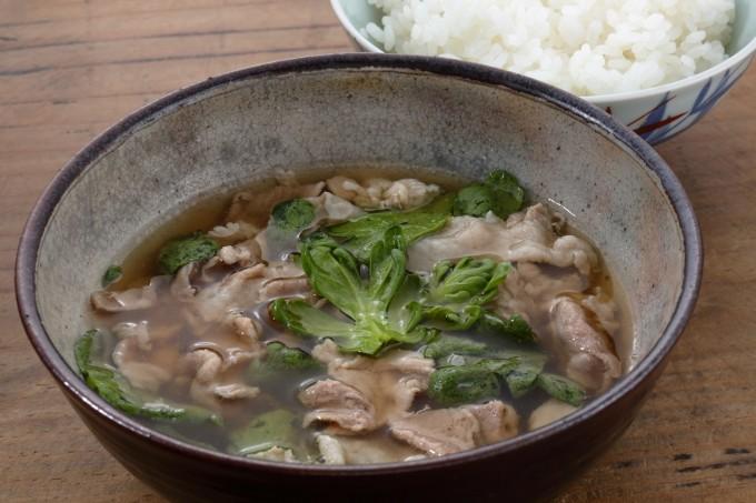 お腹に優しいヘルシー365レシピ「豚肉と春菊の汁物とごはん」の出来上がり写真
