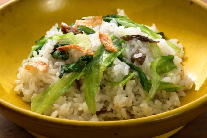 お腹に優しいヘルシー365レシピ「鮭の皮とレタスのチャーハン」の出来上がり写真