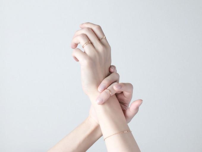 アクセサリーブランド「NOUE(ノウエ)」の指輪(リング)とブレスレットの着用写真