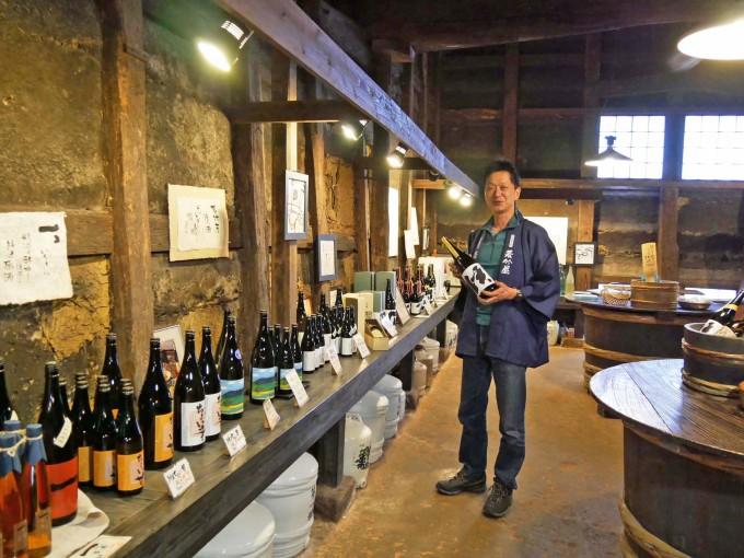博多練酒を持つ、若竹屋酒造場14代目の林田浩暢さんの写真